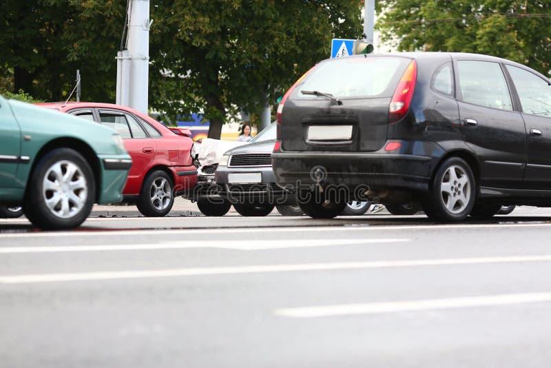 Acidente do vermelho e carro da prata após a chuva foto de stock