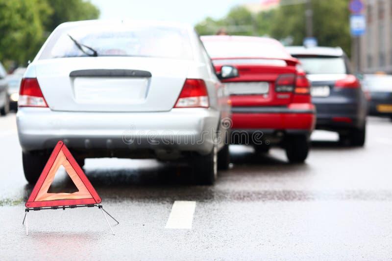 Acidente do vermelho e carro da prata após a chuva foto de stock royalty free