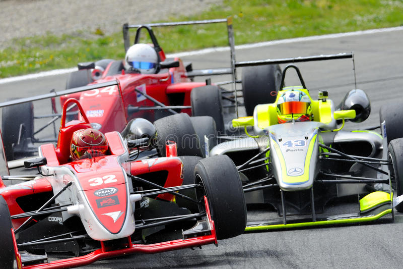 Acidente dos carros F2 na trilha de Monza - Ferrari desafio abril de 2015 fotos de stock