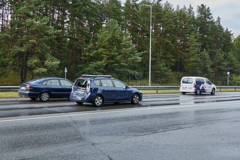 Acidente em uma estrada em junho de 2019 em Riga, Letónia, carro após uma colisão com um ônibus foto de stock