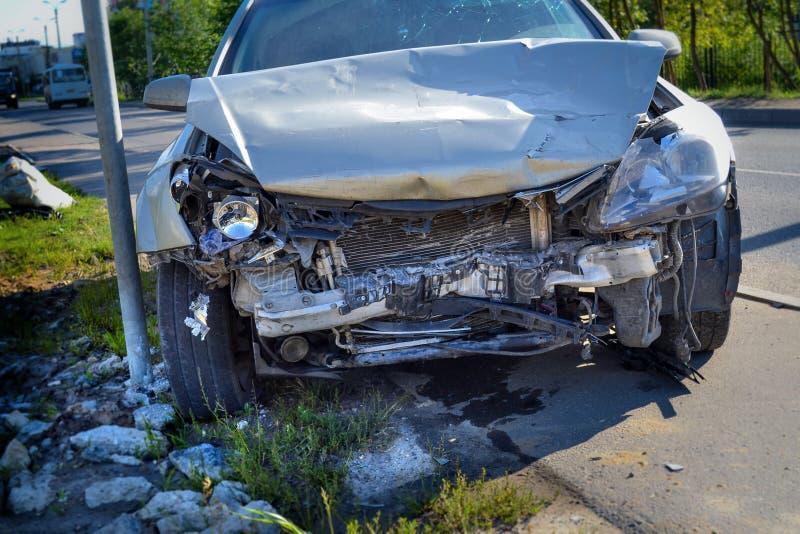 acidente O carro tem uma parte frontal fotografia de stock royalty free