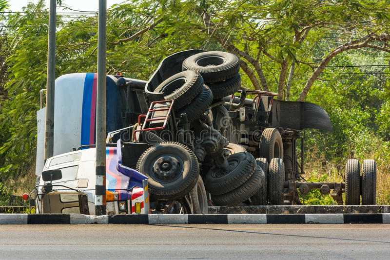 Acidente virado do caminhão imagens de stock