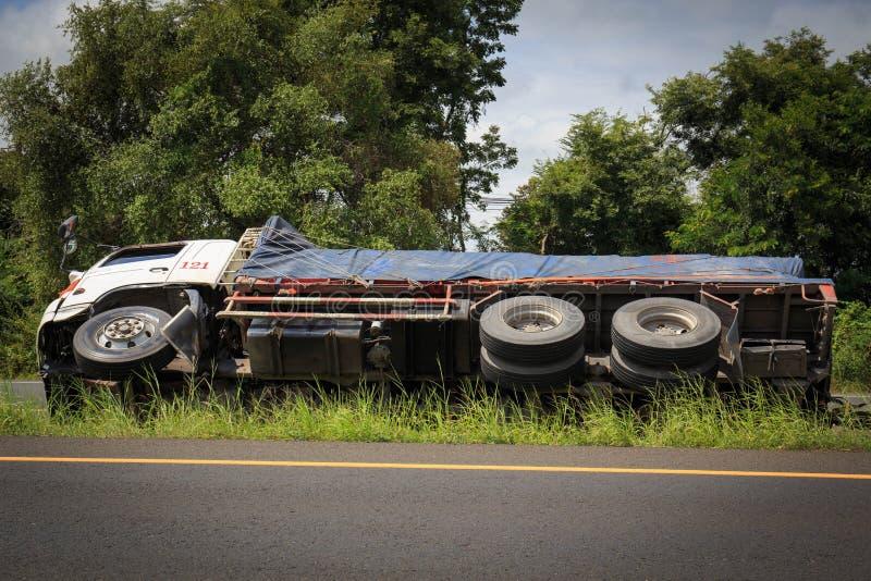 Acidente virado do caminhão na estrada da estrada imagens de stock