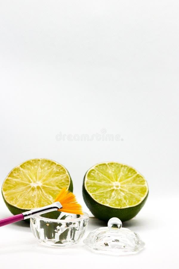 Acides de fruit d'AHA Épluchage de l'acide de fruit pour le visage, brosse cosmétique, agrumes Épluchage facial avec des acides d image stock