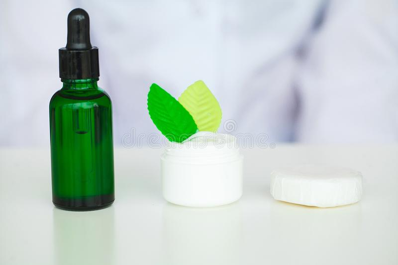 Acidificación orgánica del aceite Mujer que trabaja en el laboratorio del cosmético imagenes de archivo