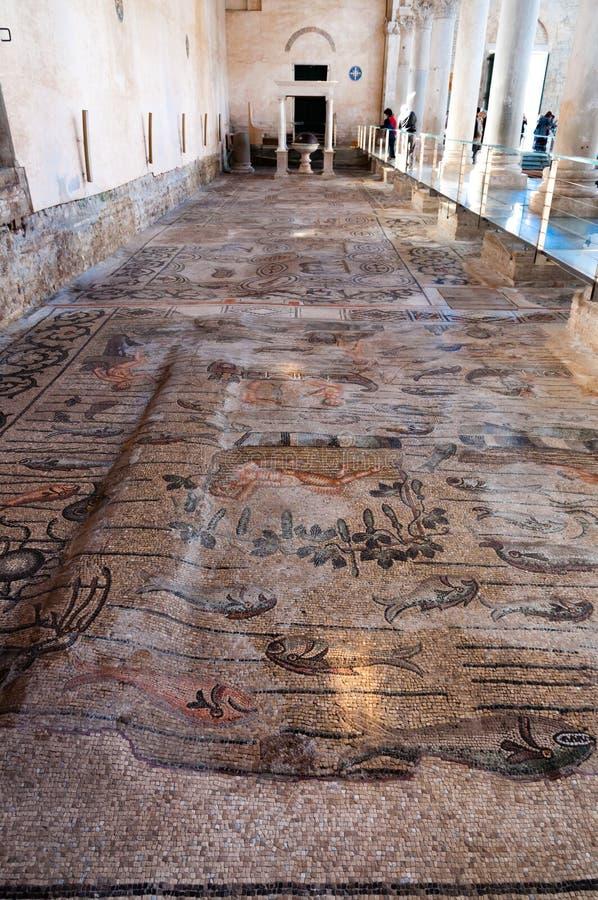 Acient mosaiker inom Basilika di Aquileia arkivfoton