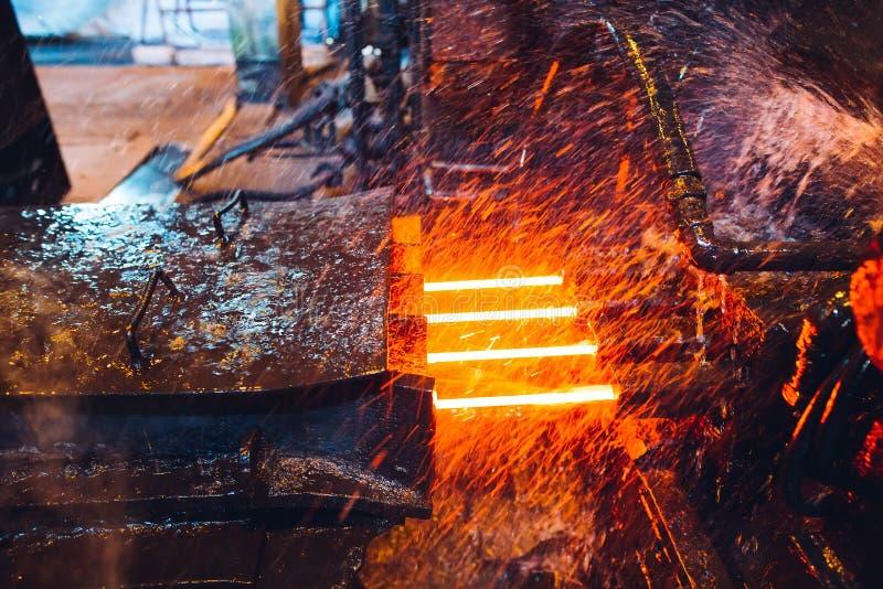 Acier chaud sur le convoyeur dans l'aciérie, industrie métallurgique photos libres de droits