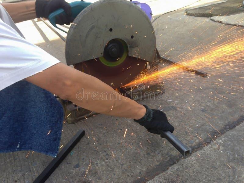 Acier de coupe avec la machine pour couper l'acier par le travailleur image stock