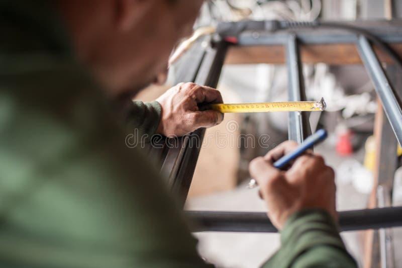 Acier de mesure de travailleur avec la bande de mesure photo libre de droits