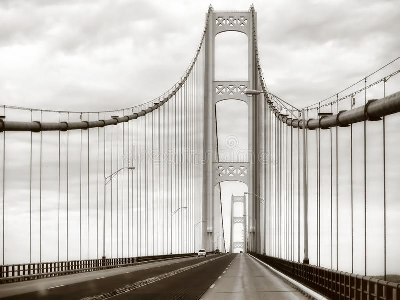 Acier de pont de Mackinac, pont suspendu en métal dans la rétro sépia image stock