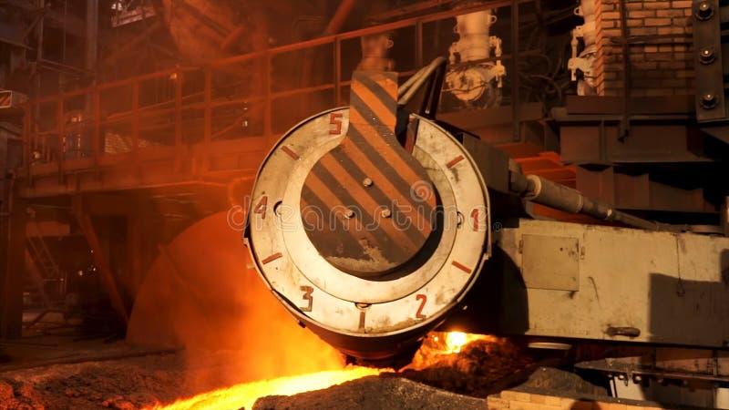 Acier fondu dans la fonte à hautes températures à l'usine métallurgique Longueur courante Production en acier dans le four électr photo libre de droits