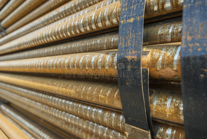 Acier, quelques barres d'acier rondes dans l'incidence en acier extérieure, métal empaqueté avec la bande en acier, foyer sélecti photos libres de droits