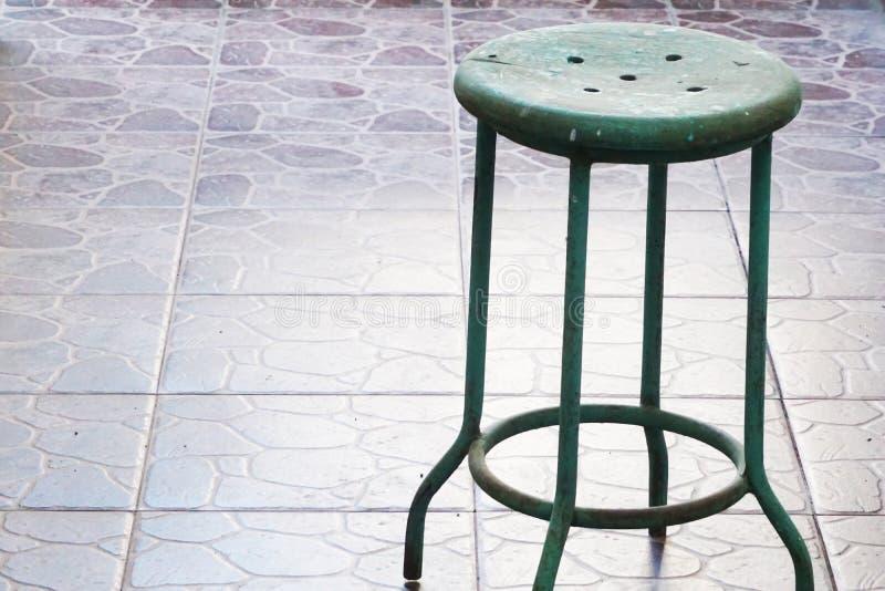 Acier vert et banc traditionnel en bois images libres de droits