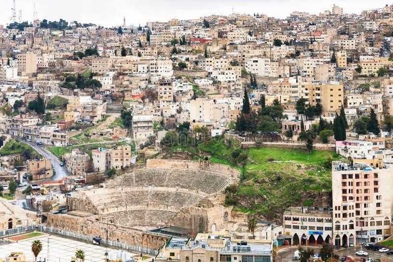 Acima da cidade de Amman da vista com teatro romano antigo imagens de stock