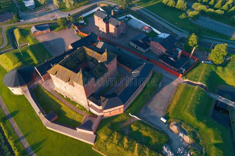 Acima da fortaleza de Hameenlinna, manhã de julho finland foto de stock