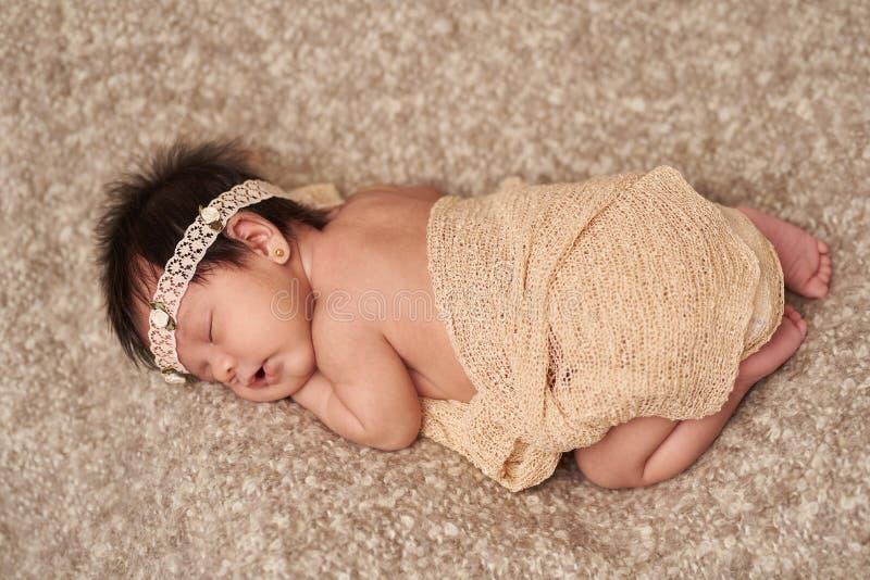 Acima da opinião o bebê recém-nascido de sono pequeno imagens de stock