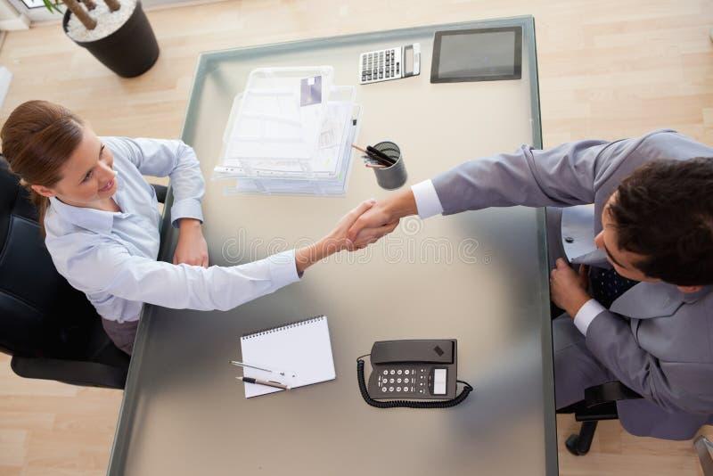 Acima da opinião o consultante que agita as mãos com cliente imagens de stock royalty free