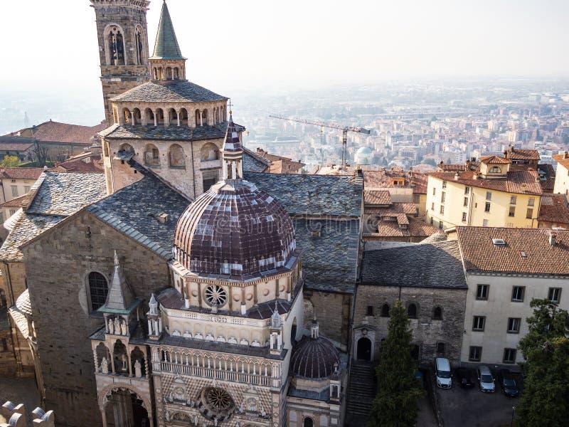 acima da vista de Piazza Duomo e da basílica em Bergamo imagens de stock royalty free
