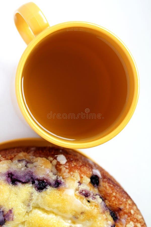 Acima da vista do copo do chá e de um bolo imagens de stock