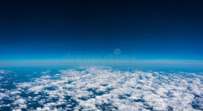 Acima das nuvens O voo do feriado, vê para fora a janela do plano de ar foto de stock royalty free