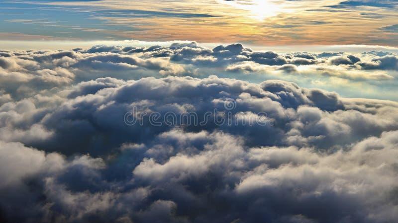 Acima das nuvens, parapente na luz do outono do sol de novembro imagem de stock royalty free