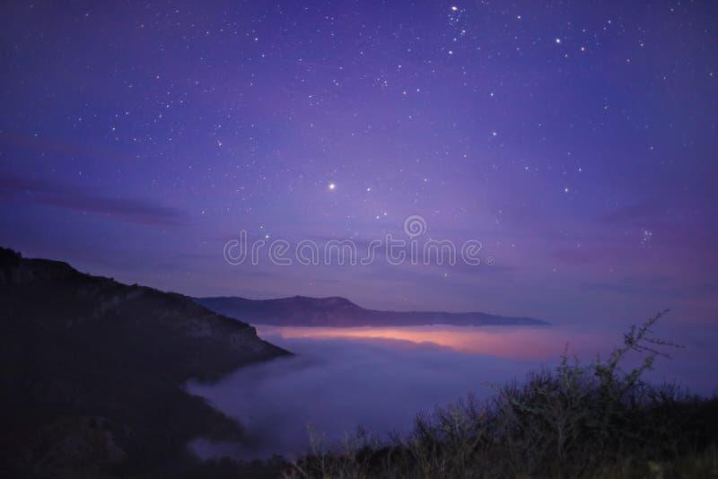 Acima de um mar das nuvens fotografia de stock