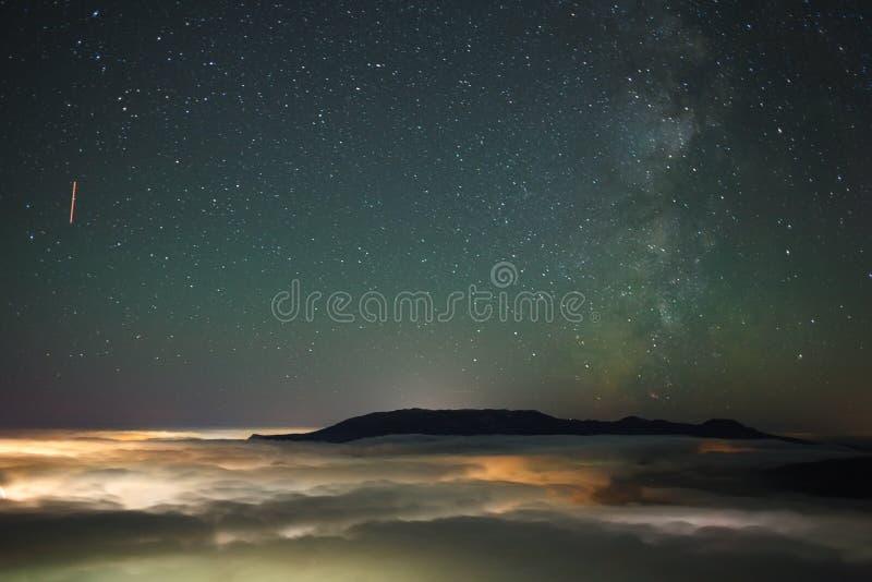 Acima de um mar das nuvens fotografia de stock royalty free