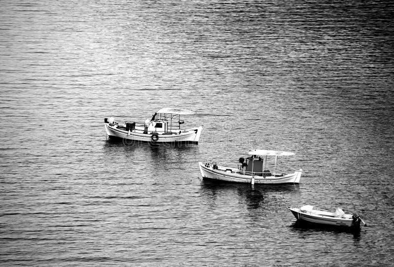Acima de uma vista de três barcos de pesca pequenos em seguido Foto monocromática imagens de stock royalty free