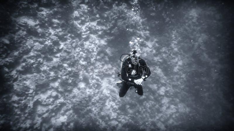 Acima do abismo, um mergulhador sob a água foto de stock royalty free