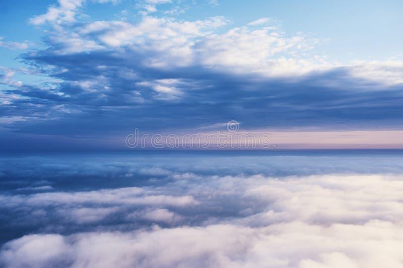 Acima do cloudscape das nuvens Tempo nebuloso nas montanhas foto de stock
