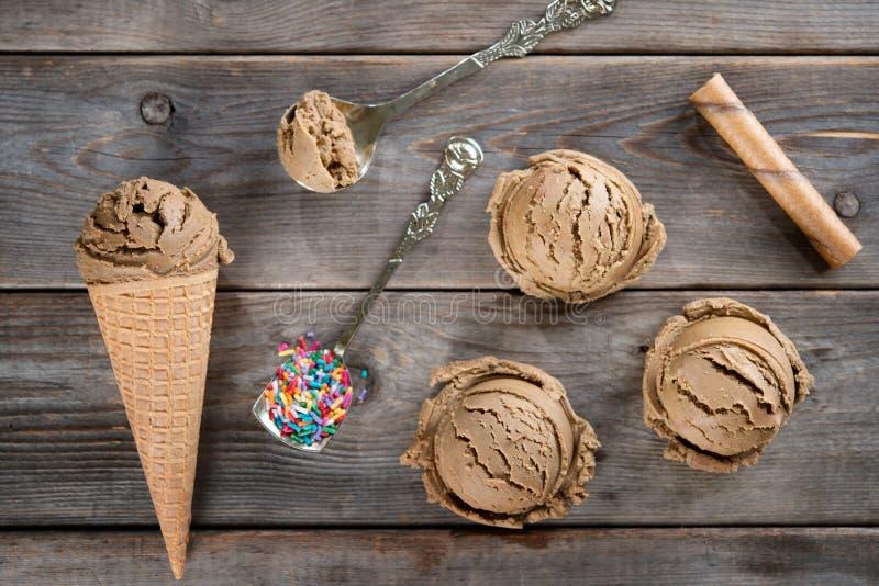 Acima do cone de gelado de chocolate da vista fotografia de stock royalty free