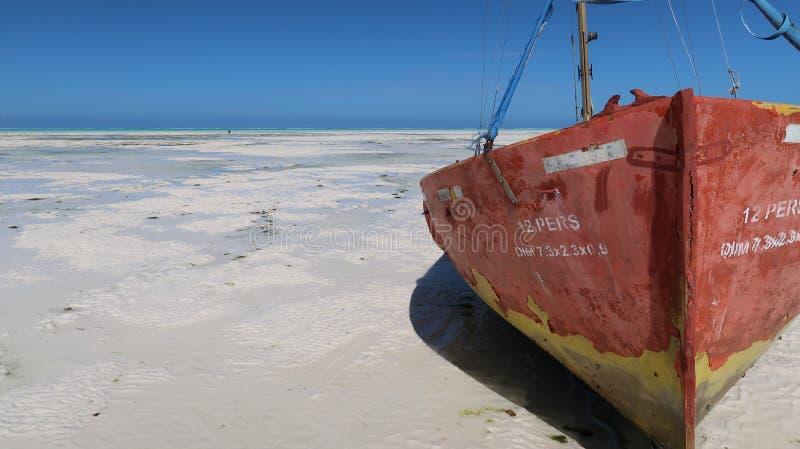 Acima do fim do barco encalhado na praia de Jambiani em Zanzibar, Tanzânia fotografia de stock royalty free