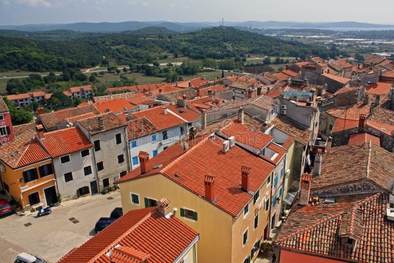 Acima dos telhados de uma vila de Istrian imagem de stock