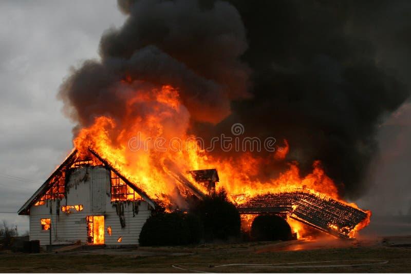 Acima no fumo, casa no incêndio imagens de stock royalty free