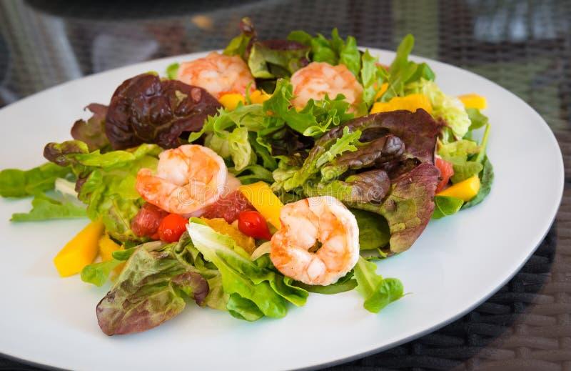 Acionador de partida da refeição do marisco da placa de salada do camarão fotografia de stock royalty free