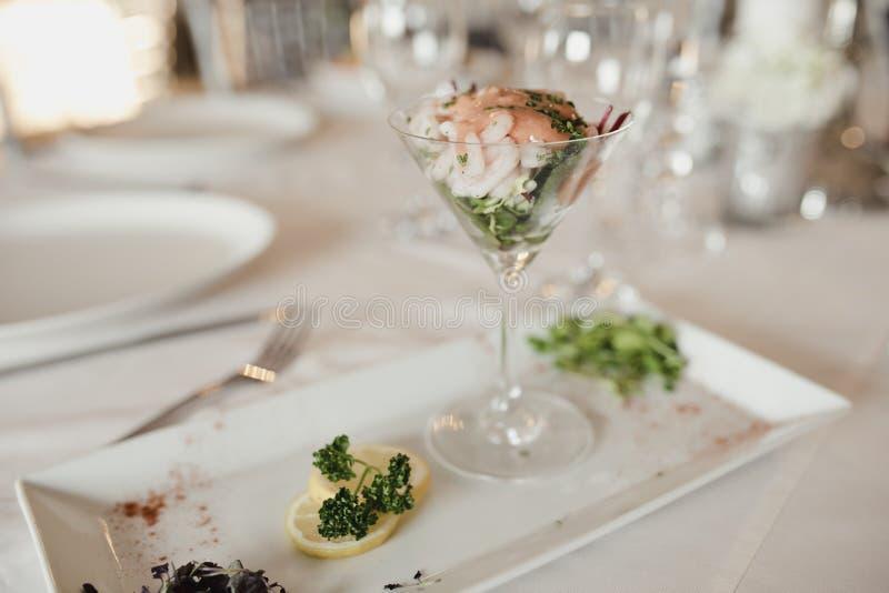 Acionador de partida do cocktail do camarão no casamento fotos de stock