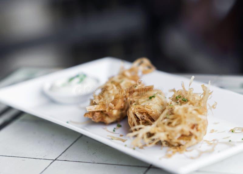 Acionador de partida moderno do petisco da fusão do tempura gourmet do camarão fotos de stock royalty free