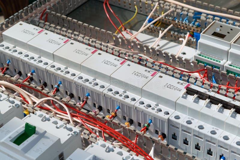 Acionadores de partida e interruptores magnéticos modulares no armário elétrico imagens de stock
