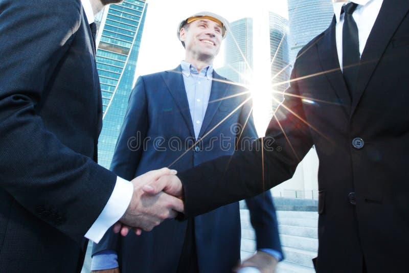 Acionista e contratante que agitam as mãos imagem de stock