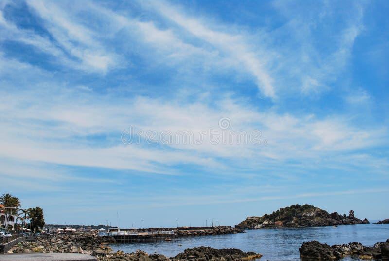 Acitrezza,意大利- 2017年6月01日:Acitrezza捕鱼港口在西西里岛 免版税库存照片