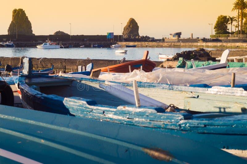 Acitrezza-Hafen mit altem Boot lizenzfreie stockbilder