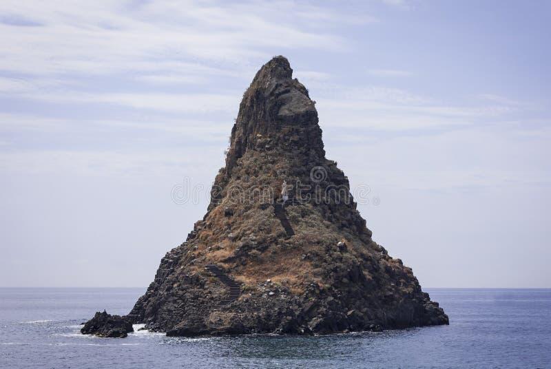 Acitrezza skały cyklopy, denna sterta Faraglione Grande w Catania, Sicily obraz royalty free