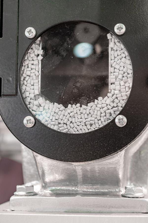 Ackumulationsbehållaren av den industriella maskin-extruderen för injektionstöpning arkivbilder