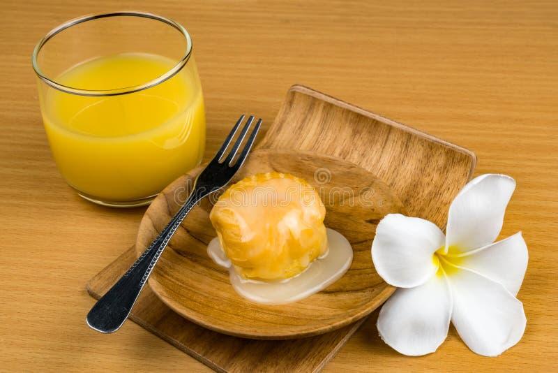 Aclair ha completato con latte condensato dolce in piatto di legno fotografie stock