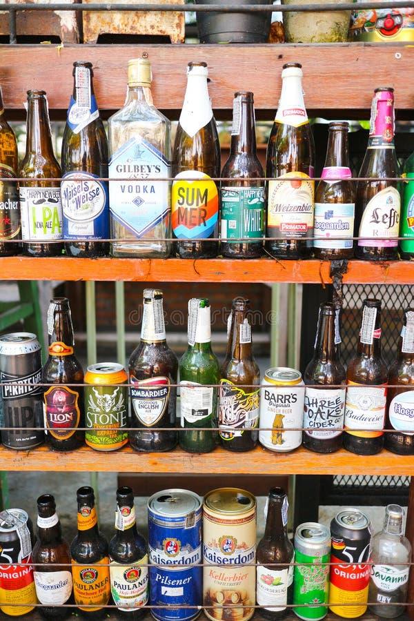 Acohol lege flessen zoals wiskey van de bierwijn van velen beroemd merk royalty-vrije stock fotografie