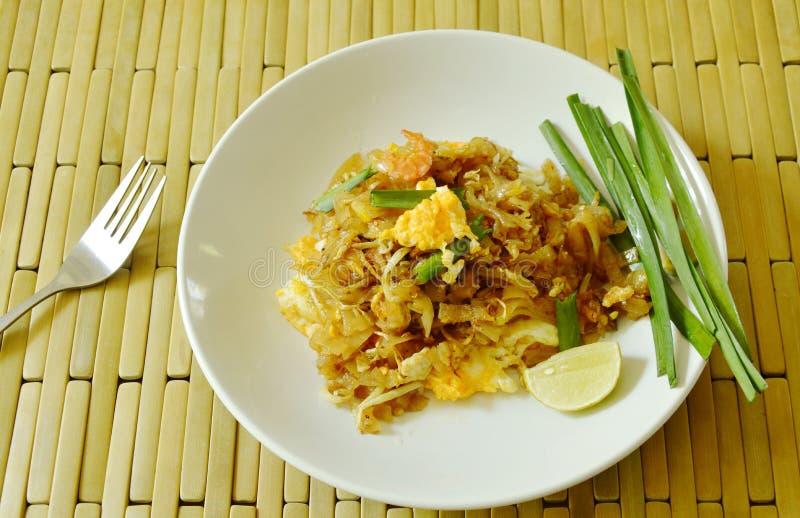 Acolchoe macarronetes de arroz fritado tailandeses da agitação com camarão seco e o tofu amarelo na placa imagem de stock royalty free