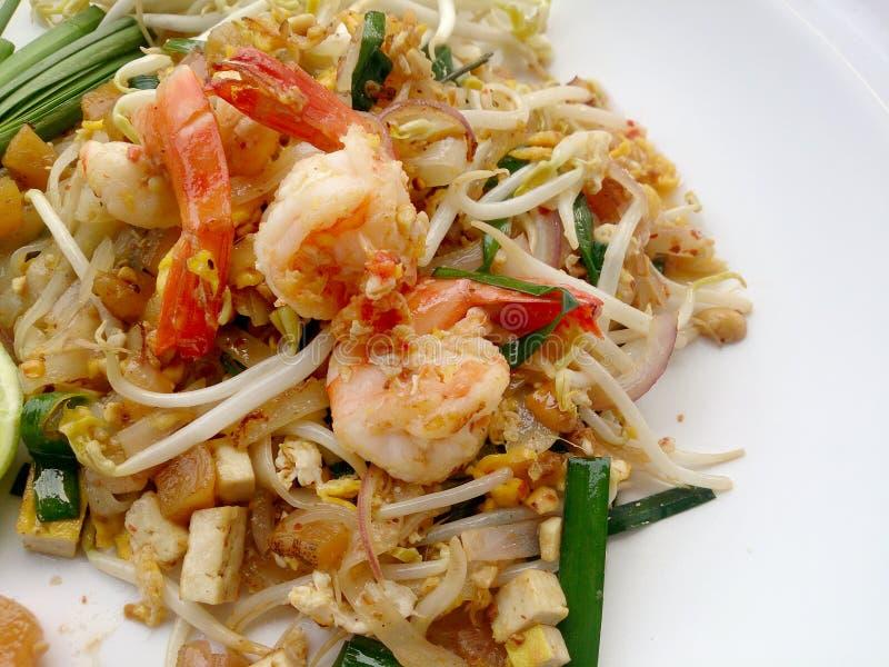 Acolchoe macarronetes de arroz tailandeses, salteado com camarão fotografia de stock