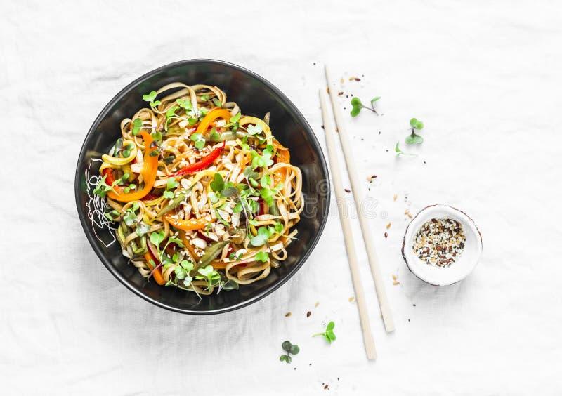 Acolchoe macarronetes tailandeses do udon dos vegetais do vegetariano em um fundo claro, vista superior Alimento do vegetariano fotos de stock