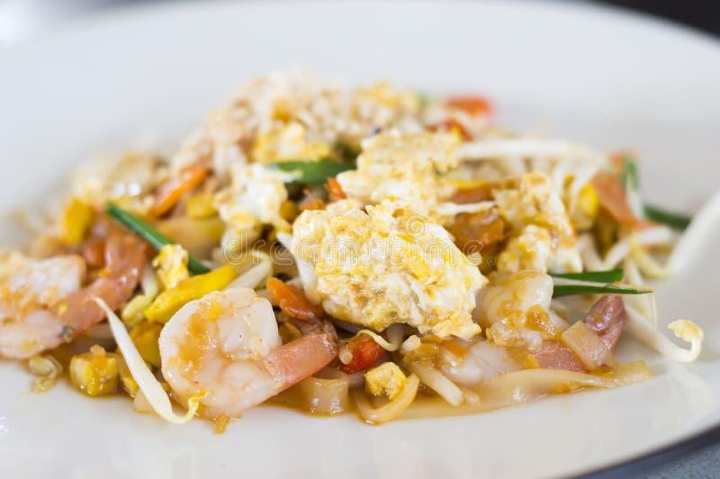 Acolchoe os macarronetes de arroz salteado tailandeses, macarronetes da fritada da agitação com camarão foto de stock royalty free