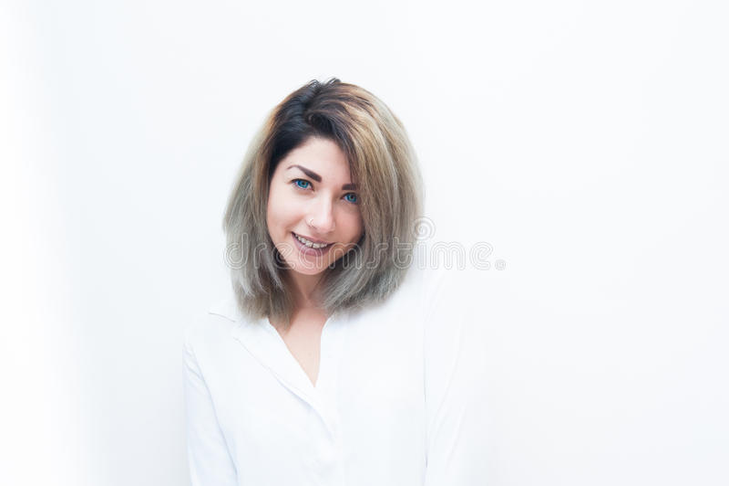 Acolhimento de sorriso da mulher loura nova dos olhos azuis imagens de stock royalty free